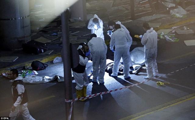 Các nhân viên y tế có mặt tại hiện trường để cứu chữa những người bị thương.