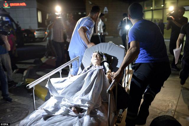 Một nạn nhân lớn tuổi được nhanh chóng đưa đi cấp cứu.