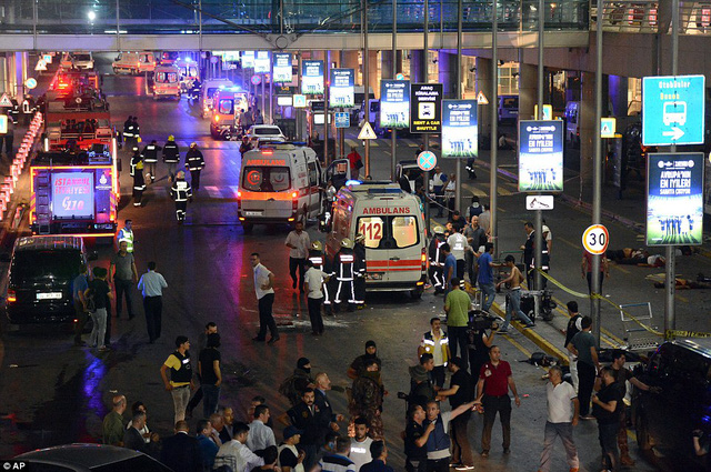 Cảnh sát, nhân viên y tế và lực lượng chống khủng bố đã có mặt tại sân bay Ataturk sau vụ nổ bom và xả súng.