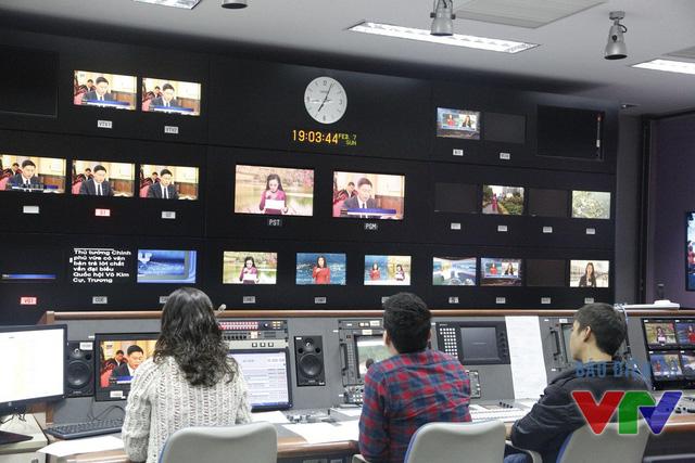 Đạo diễn chương trình theo dõi sát sao từng hình ảnh của bản tin cuối cùng trong năm Ất Mùi