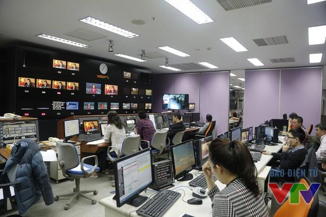 Trong khi đó, đạo diễn cùng các biên tập viên tập trung ở phòng máy để đảm bảo bản tin diễn ra suôn sẻ