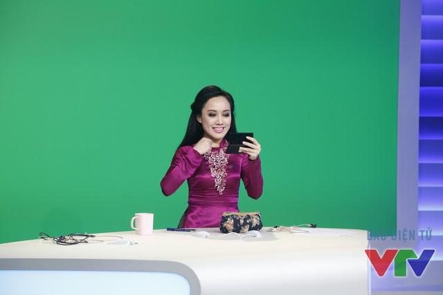 BTV Hoài Anh trang điểm trước giờ lên sóng