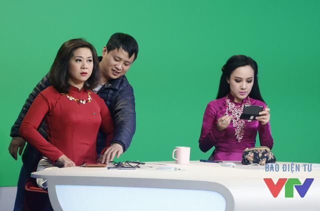 Cùng dẫn với BTV Hoài Anh trong bản tin Thời sự 19h cuối cùng trong năm Ất Mùi là BTV Hương Linh