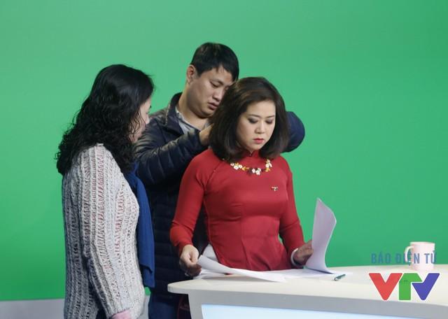 BTV Hương Linh đọc lại nội dung bản tin trước giờ lên hình