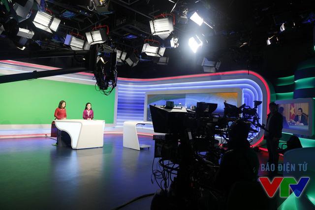 Những hình ảnh trong buổi ghi hình trực tiếp bản tin thời sự 19h ngày 29 Tết