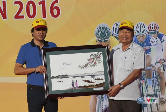 Nhà báo Phan Ngọc Tiến (áo xanh), Trưởng ban Sản xuất các chương trình Thể thao, Trưởng ban tổ chức giải nhận quà lưu niệm từ đại diện TP Huế