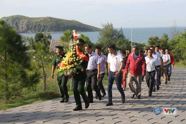 Trước khi xuất phát, BTC đã tổ chức lễ dâng hương tại Khu tưởng niệm Đại tướng Võ Nguyên Giáp.
