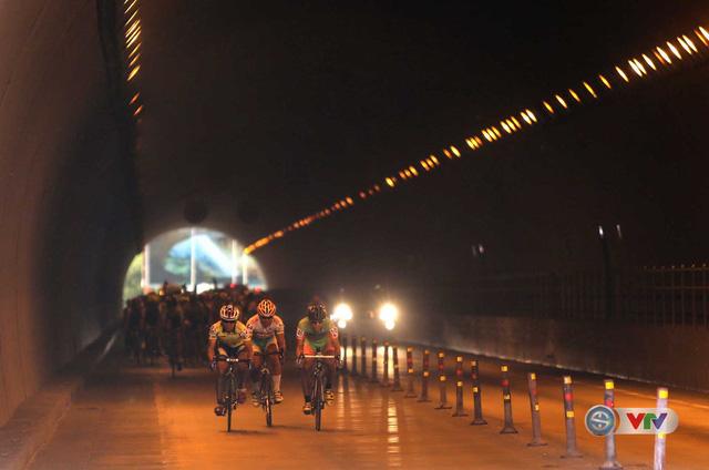 Các tay đua đi qua hầm Đèo Ngang