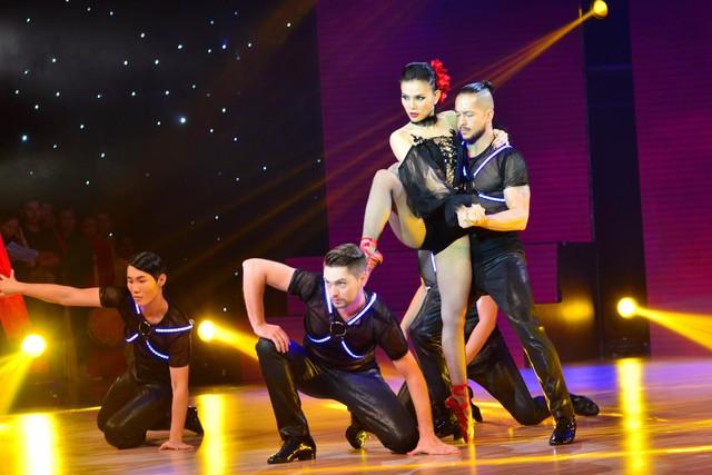 Quán quân Bước nhảy hoàn vũ 2014 Thu Thủy trở lại sân khấu quen thuộc với một tiết mục vô cùng quyến rũ.