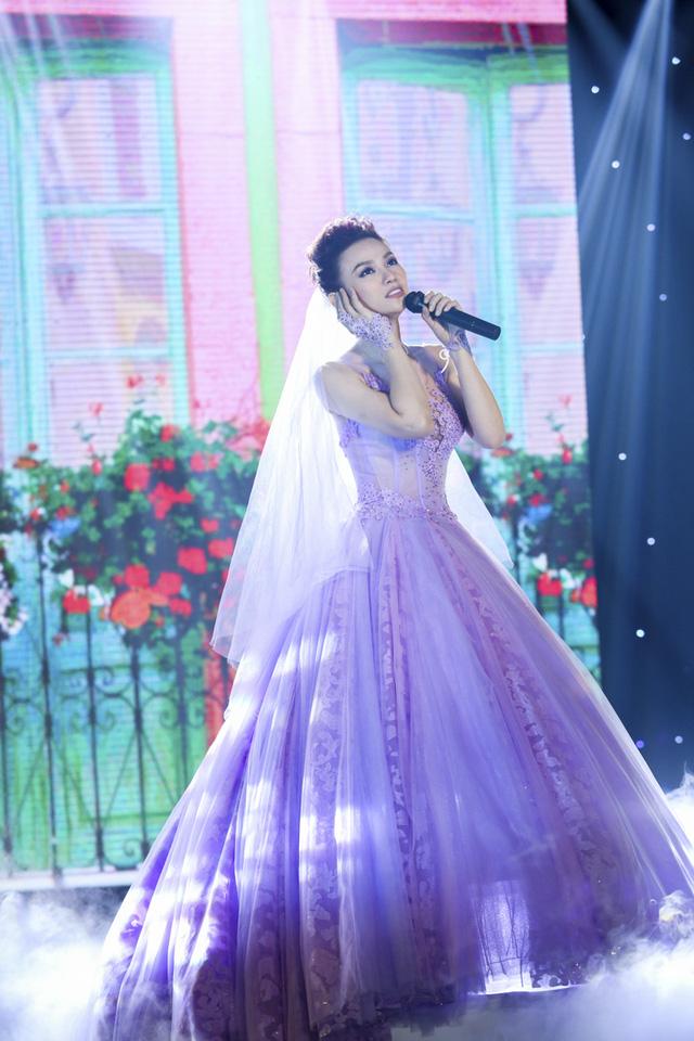 Trong Vietnam Top Hits số 30, Thu Thủy rạng ngời trong chiếc váy cưới, thể hiện ca khúc Ngày của đôi ta kể về câu chuyện tình yêu có thật của mình