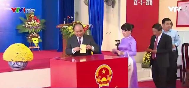 Thủ tướng CHính phủ Nguyễn Xuân Phúc tham gia bầu cử tại Hải Phòng.