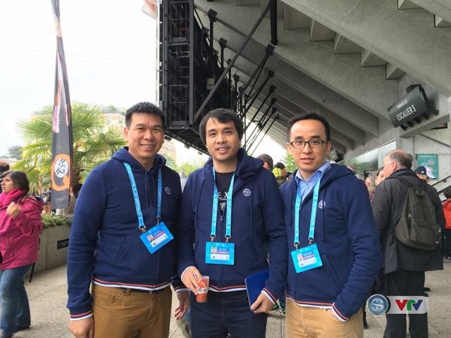 Nhà báo Phan Ngọc Tiến (giữa) trong chuyến tác nghiệp trước thềm Euro 2016, tại Pháp.