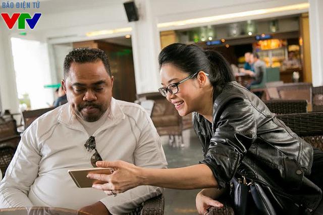 Ca sĩ Thu Phương vui vẻ trò chuyện cùng chồng tại quán cafe.