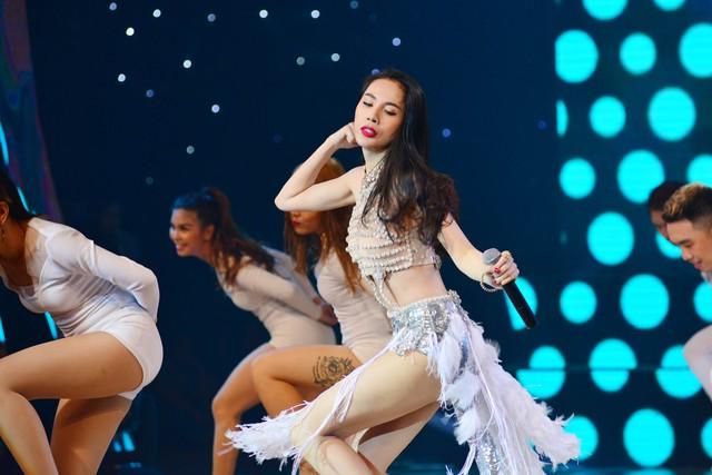 Nữ ca sĩ Thủy Tiên - Á quân Bước nhảy hoàn vũ 2011 trình diễn ca khúc Em đã yêu, mang đến không khí sôi động cho đêm chung kết.