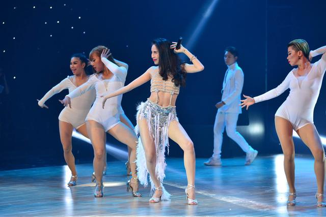 Nữ ca sĩ Thủy Tiên mang đến Bước nhảy hoàn vũ ca khúc Em đã yêu. Á quân Bước nhảy hoàn vũ 2012 xuất hiện trở lại trên sân khấu với bộ trang phục lộng lẫy, cầu kỳ.