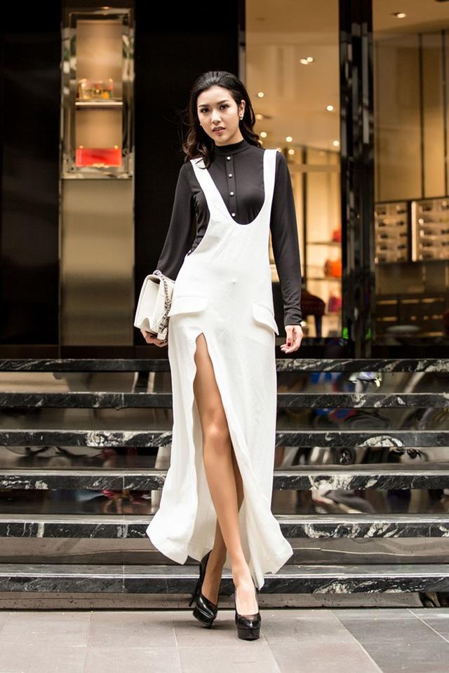 Thúy Vân dễ dàng ứng dụng trào lưu váy xẻ đùi. Áo cao cổ bên trong đầy hiện đại.