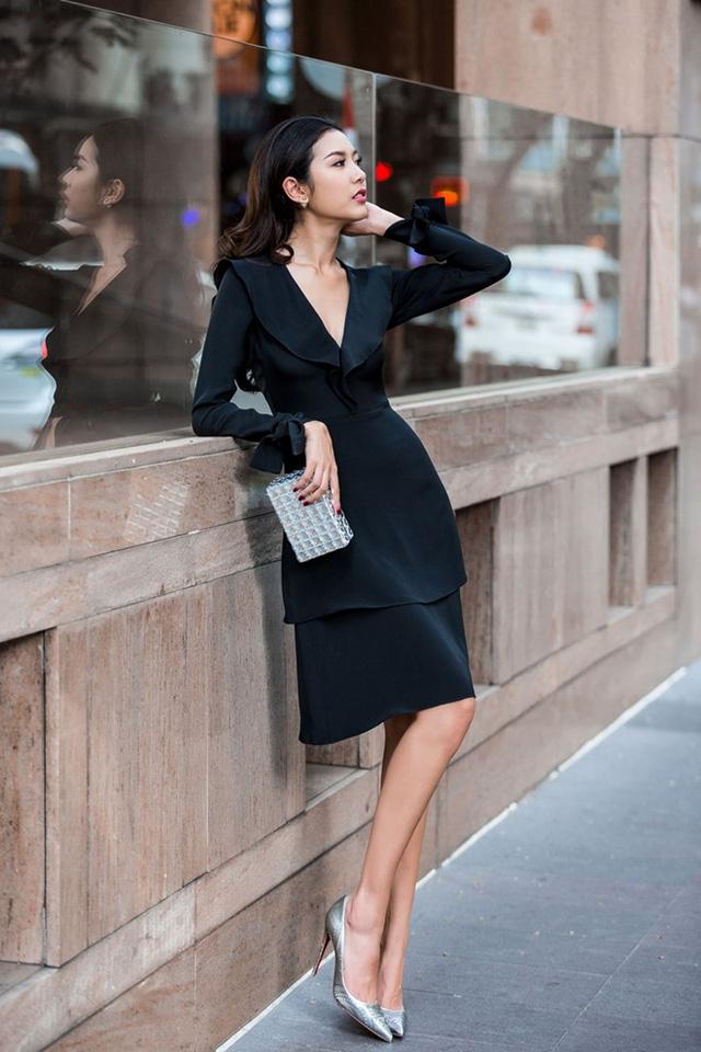 Váy tông đen huyền bí hợp vóc dáng Thúy Vân. Bộ cánh có chi tiết tay loe, váy xếp tầng theo kịp làn sóng thời trang hè.