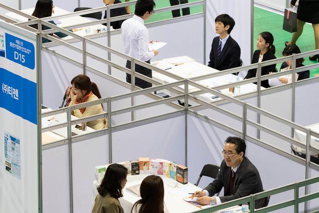 Để kiếm được một việc làm với thu nhập tốt là điều không dễ với nhiều cử nhân tại Hàn Quốc hiện nay. (Ảnh: Bloomberg)