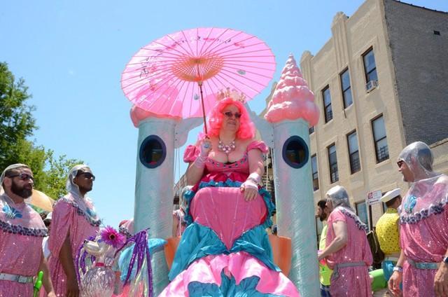 Mermaid Parade là cuộc diễu hành nghệ thuật đường phố lớn ở Mỹ. Dự lễ hội này, bạn có thể hóa trang thành bất cứ nhân vật nào, hoà vào dòng người trên phố và cảm nhận không khí tưng bừng.