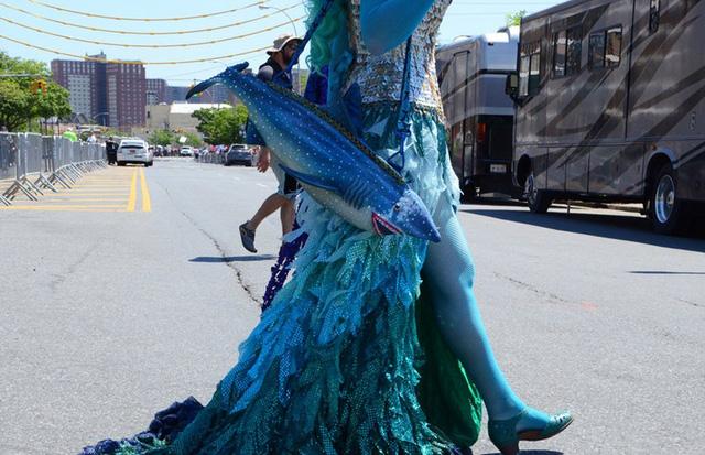 Phụ kiện độc đáo: chiếc túi đeo hình cá mập.