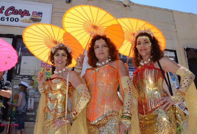 Ba chị em Debbie, Donna và Doreen từ Long Island và California đoàn tụ tại quê nhà hàng năm, vào dịp lễ hội Tiên cá.