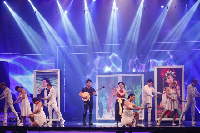 Bên cạnh đó, đêm Gala còn chứng kiến màn diễn bùng nổ của các thí sinh khi họ kết hợp cùng nhau trong một tiết mục chung.