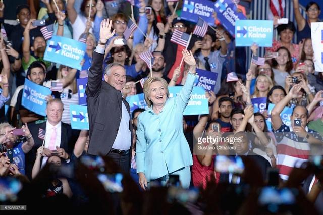 Ứng viên Phó Tổng thống Mỹ Tim Kaine và ứng viên Tổng thống Hillary Clinton.