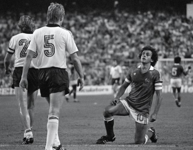 Michel Platini gục ngã trước người Đức trong trận chung kết World Cup 1982