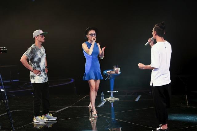 Tóc Tiên hướng dẫn Việt Thắng cách trình diễn trên sân khấu như đi cưa gái.