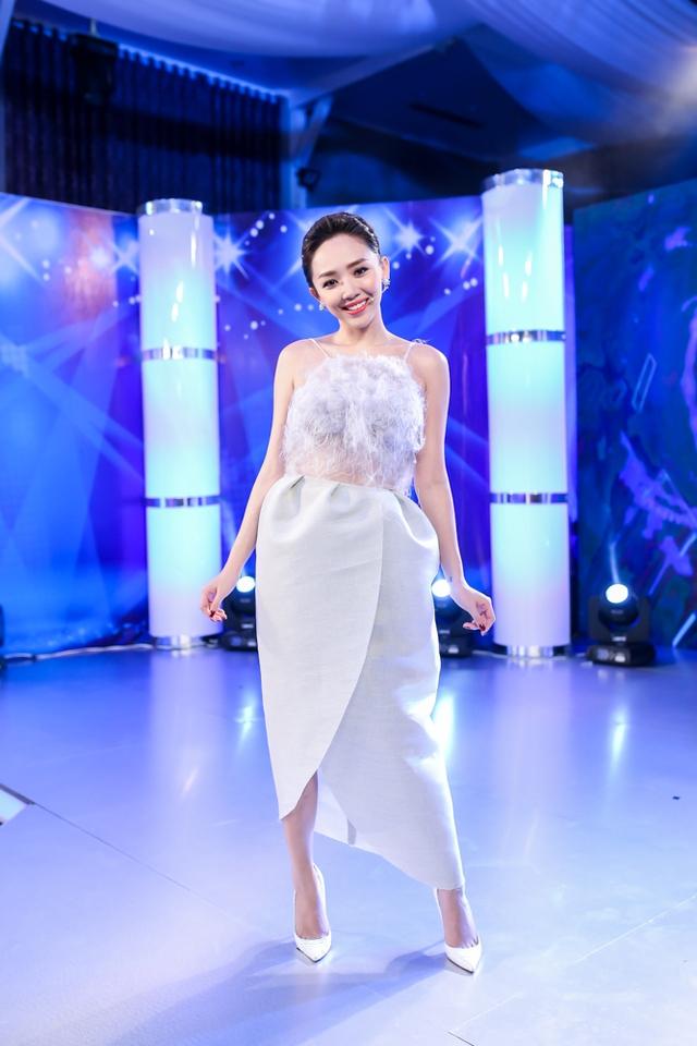 Tóc Tiên với phong cách thời trang công chúa, thùy mị, yêu kiều khi làm giám khảo Thần tượng âm nhạc nhí.