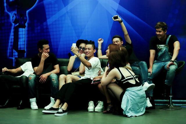 Việt Thắng lưu lại khoảnh khắc với ca sĩ Tóc Tiên ở hậu trường buổi tập luyện.