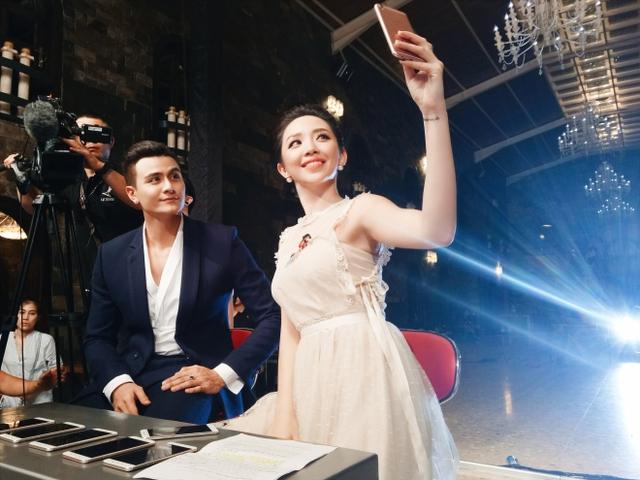 Trong hậu trường, Tóc Tiên - một trong những khách mời của The Face - tranh thủ chụp ảnh kỷ niệm cùng Vĩnh Thụy.