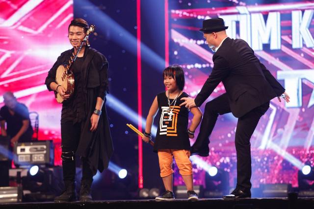Ở phần công bố kết quả, Trung Lương và Trọng Nhân lọt vào top 2. Giám khảo Huy Tuấn phấn khích tới mức chạy lên sân khấu để trêu chọc cậu bé đánh trống.