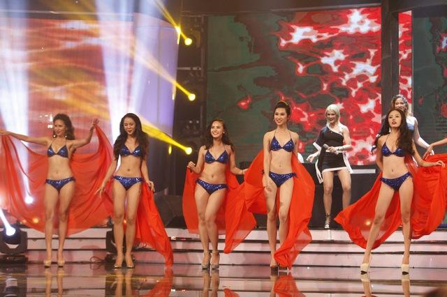 Các thí sinh bước vào phần thi trang phục bikini