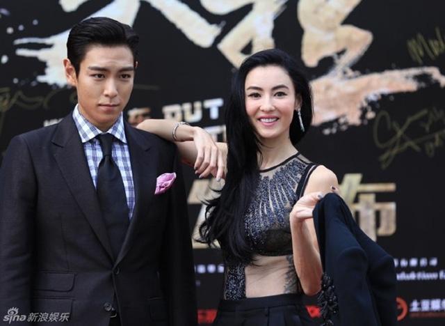 Trương Bá Chi chụp ảnh cùng TOP trong buổi họp báo ra mắt phim.
