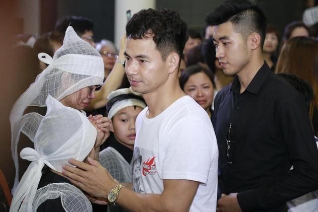 NSƯT Xuân Bắc mặc chiếc áo in hình của Trần Lập.
