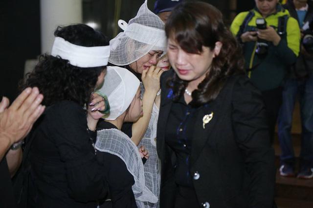 Hình ảnh vợ con ca sĩ - nhạc sĩ Trần Lập khiến những người có mặt tại lễ viếng không thể không rơi nước mắt.