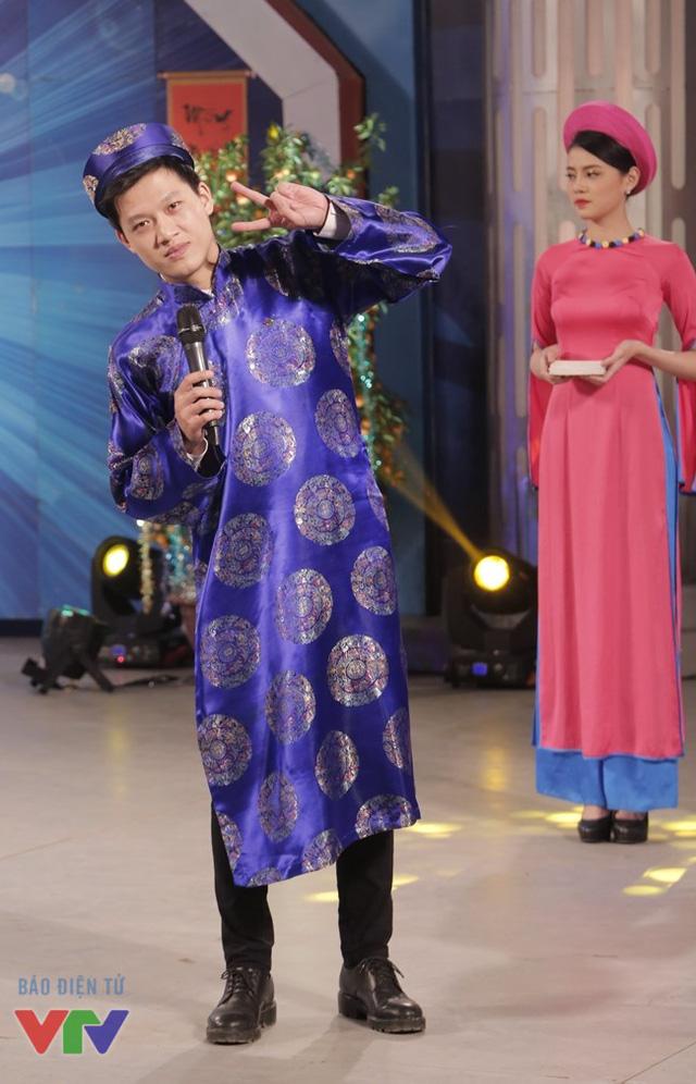 MC Trần Ngọc tạo dáng rất nhanh khi nhìn thấy ống kính máy ảnh