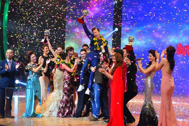 S.T được các vũ công quốc tế nhấc bổng khi MC công bố anh đoạt giải quán quân.