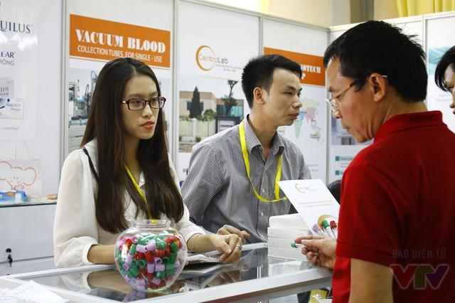 Khách tham quan được tư vấn về các sản phẩm thiết bị y dược, chăm sóc sức khỏe tại triển lãm.