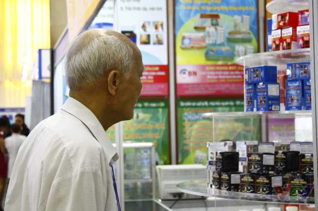 Một khách tham quan lớn tuổi tới triển lãm.