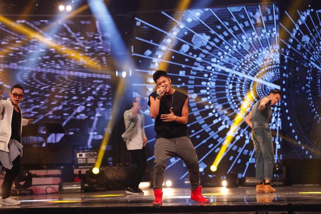 Trọng Hiếu - Quán quân Vietnam Idol 2015 cũng khuấy động đêm thi với ca khúc Bước đến bên em.