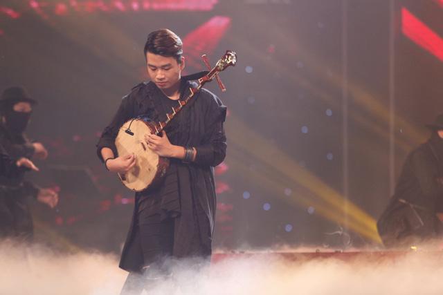 Chàng trai đàn nguyệt Trung Lương cũng thể hiện nét tân cổ giao duyên khi kết hợp âm nhạc truyền thống với hiện đại.