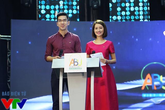 MC Quỳnh Chi và MC Hùng Sơn - bộ đôi MC quen thuộc đã xuất hiện trong mùa Robocon năm ngoái