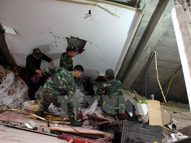 Đã có 3 người tử vong tại chỗ, 3 người còn lại được cơ quan chức năng giải cứu từ đống đổ nát (Ảnh: TTXVN)