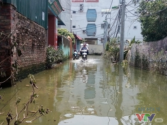 Nước ngập khiến sinh hoạt người dân bị đảo lộn