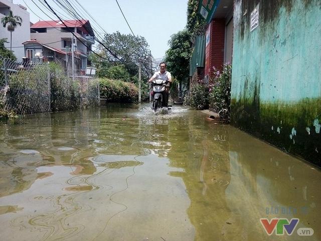 Gần 1 tuần sau bão Dianmu (bão số 3), cụm 5 tổ 36 phường Tứ Liên (Tây Hồ, Hà Nội) vẫn bị ngập sâu khoảng 40-60 cm. Nước từ kênh rạch bốc mùi hôi thối tràn vào nhà dân.