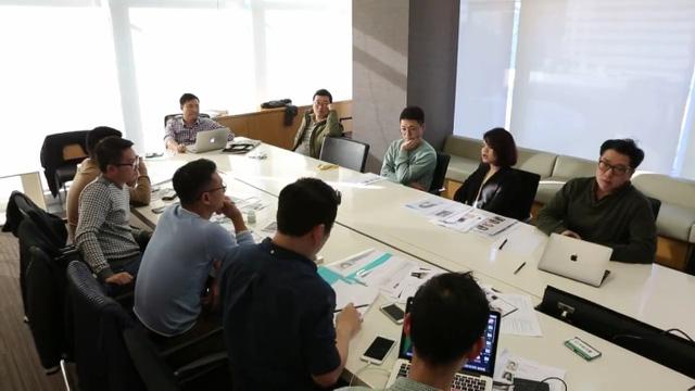 Một buổi làm việc của ê-kíp sản xuất Tuổi thanh xuân 2 tại Hàn Quốc (Ảnh: VFC)