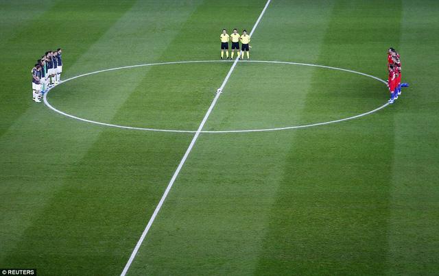 Trước đó, hai đội dành 1 phút tưởng niệm các nạn nhân xấu số ở Brussels