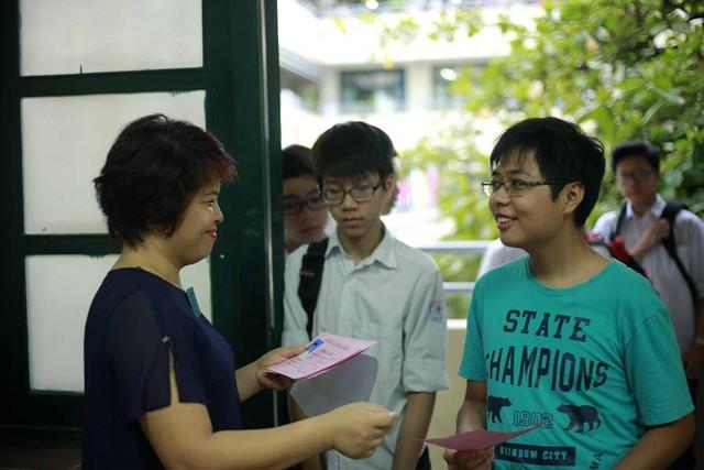 Chào đón thí sinh là nụ cười tươi tắn của các thầy cô giáo